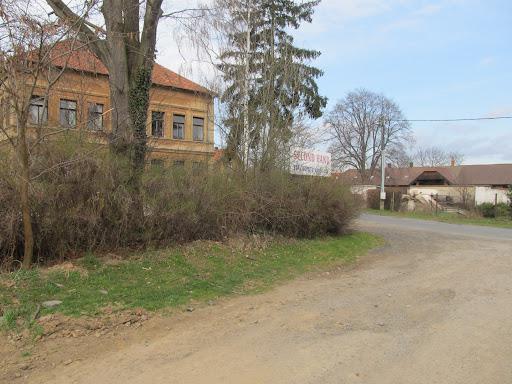 Úprava prostoru před budovou školy Dobročovice 38 - duben 2012